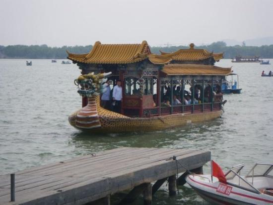 พระราชวังฤดูร้อน: Summer Palace: For those that don't want to walk around the lake you can take a dragon boat to s