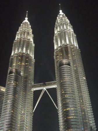 ตึกแฝดเปโตรนาส: Kuala Lumpur - Petronas Towers at nighttime