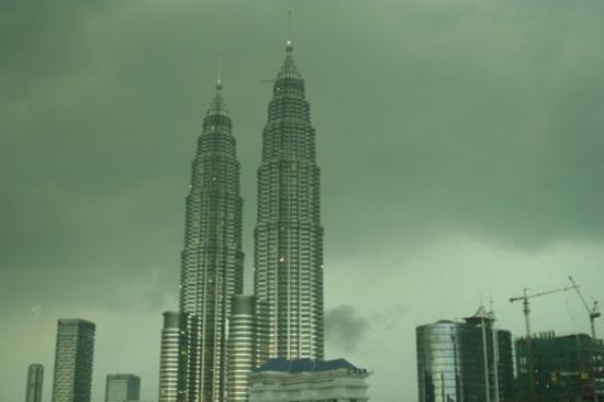 ตึกแฝดเปโตรนาส: Kuala Lumpur - Petronas Towers bevor rain