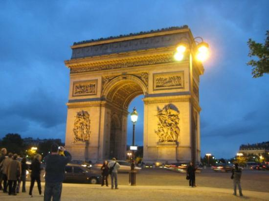 ประตูชัย: Arc de Triomphe.. very cool, great views, HUGE