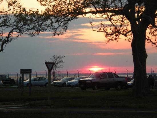 Sandy Hook, นิวเจอร์ซีย์: Sunset over the ocean...always so pretty...