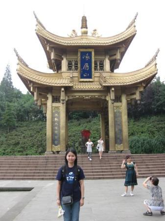 Mount Emei (Emeishan): Look at the green dress lady :p