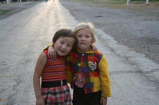 Turkestan, Kasachstan: kids in Zhamglyl
