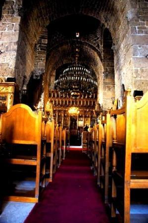 อายีโอสลาร์ซารัส: This church is way more gothic than the one I saw near River Jordan.