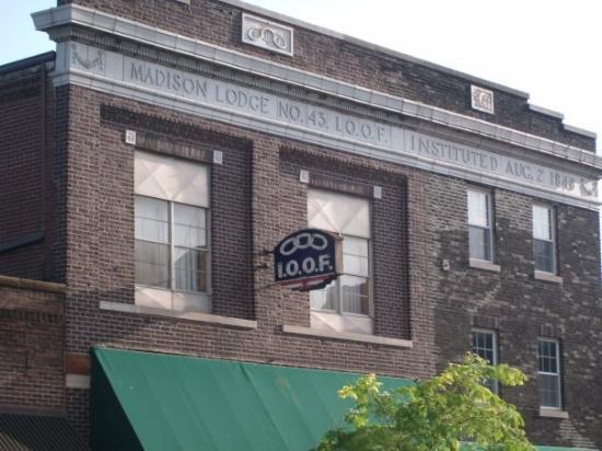 คอลลินสวิลล์, อิลลินอยส์: One of the old building I past on my early Saturday morning walk.