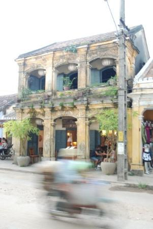 ฮอยอัน, เวียดนาม: Hoi An architecture and a moped making it's way past