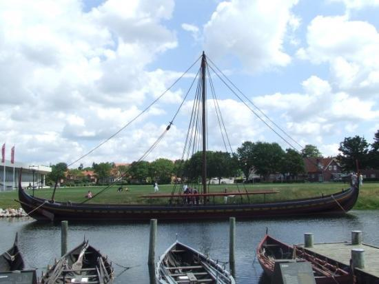 รอสคิลด์, เดนมาร์ก: Yaaarrrrr, viking ship in Roskilde where got to sail/row a slightly smaller version of this and