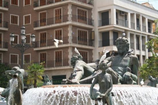 วาเลนเซีย, สเปน: A statue of a guy in a tub. xD