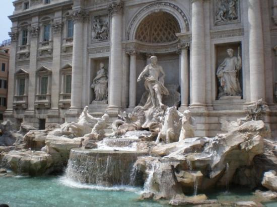 น้ำพุเทรวี่: The Trevi Fountain - we threw our coins in (3 at a time, thrown with the right hand, over the le
