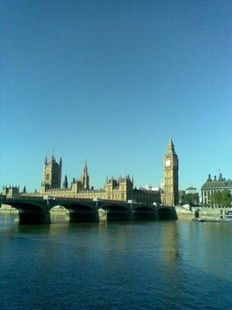 รัฐสภา: View across the Thames of the Houses of Parliament.