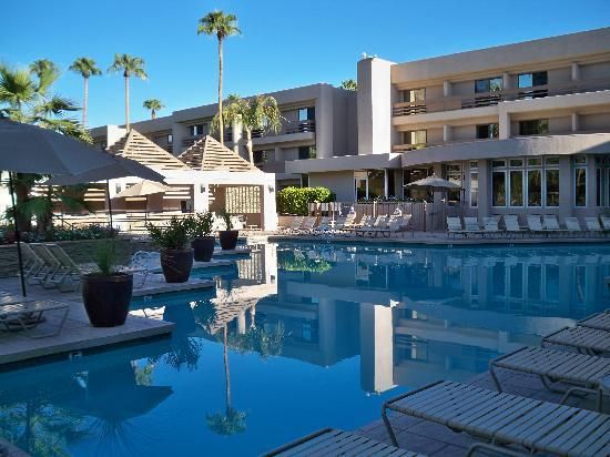 Indian Wells Resort Hotel: Pool area.