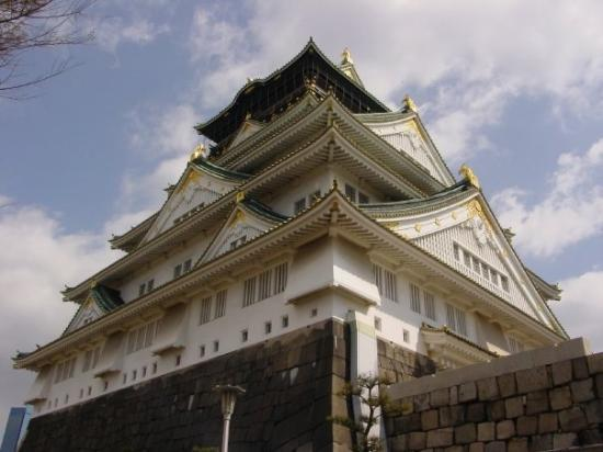ปราสาทโอซาก้า: We made it up the steep hill to Osaka Castle.