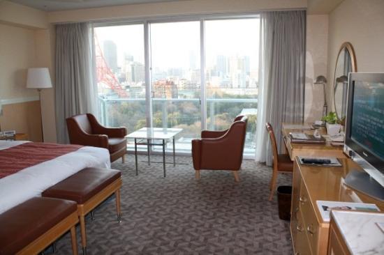 โรงแรมเดอะปรินท์ พาร์ค โตเกียว: So much room to move. And that's Tokyo Tower you can just see out the window.