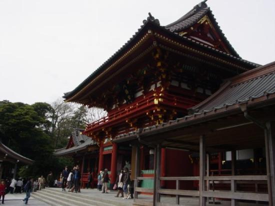 Tsurugaoka Hachimangu Shrine: At the shrine entrance.
