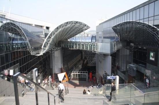 เกียวโต, ญี่ปุ่น: Looking down into the Kyoto station building from the 11th floor. There are escalators going all