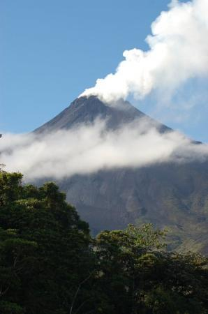 อุทยานแห่งชาติ Arenal Volcano National Park, คอสตาริกา: Arenal volcano from our Tabacon hotel window. Great place to stay.
