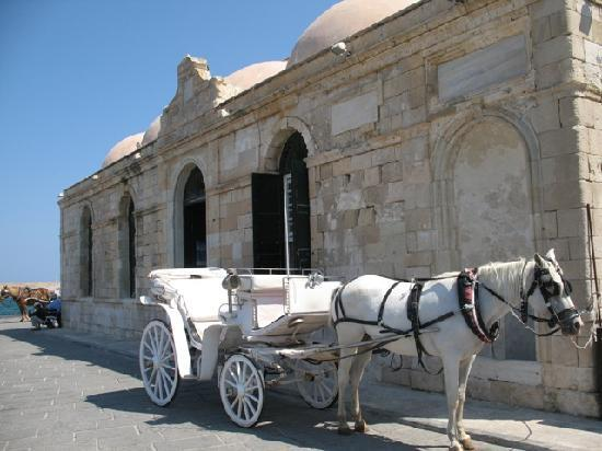 Ammos Hotel: Horse carriage in Chania old harbor
