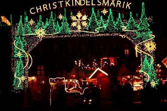 สตราสบูร์ก, ฝรั่งเศส: Christkindelsmarik en alsacien ; marché de l'enfant jésus en français