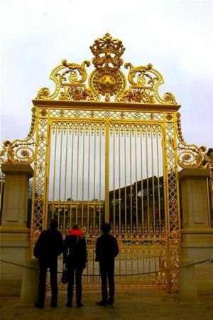 แวร์ซาย, ฝรั่งเศส: La nouvelle Grille du Château, réinstallée après 200 ans d'absence!