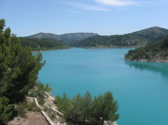 Aix-en-Provence, Francia: Pique-nique dans une petite crique du barrage du Bimont