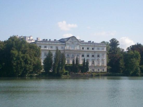 ซาลซ์บูร์ก, ออสเตรีย: Palace of Leopoldskron - the back of the Sound of Music house and the lake