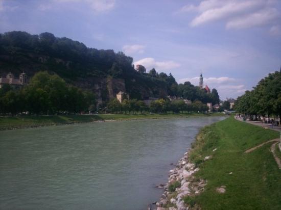 ซาลซ์บูร์ก, ออสเตรีย: Along the river bank in Salzburg