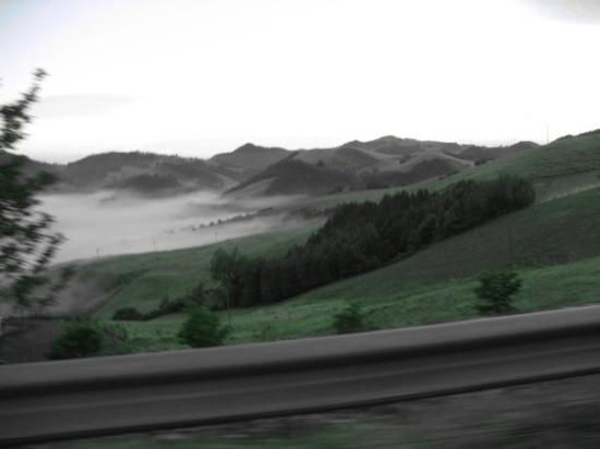 เออร์บิโน, อิตาลี: Urbino, Italy, drive back down the mountain @ 7am