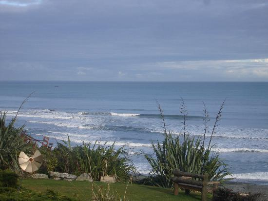 Breakers Boutique Accommodation: Nice gardens to relax and enjoy the view