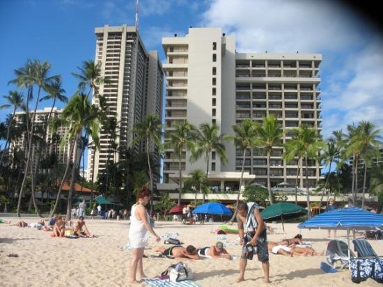 ฮิลตัน ฮาวายเอี่ยนวิลเลจ ไวกีกิ รีสอร์ท: a hotel by the beach