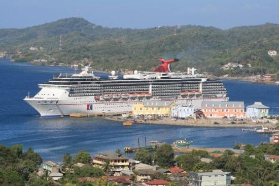 Roatan (เกาะโรอาทาน), ฮอนดูรัส: Our ship docked at the Roatan port