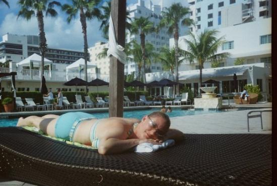 ไมอามี่, ฟลอริด้า: Relaxing by the pool at our hotel