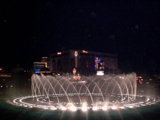 น้ำพุเบลลาจิโอ: The very impressive Bellagio Fountains. Man, that was f.....g great.