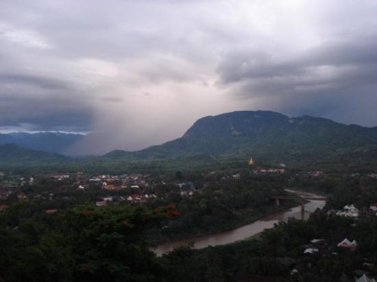 หลวงพระบาง, ลาว: Tempesta in arrivo, Phou Si, Luang Prabang, Laos