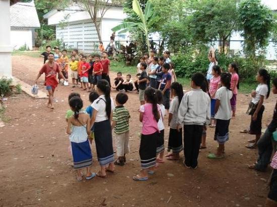 หลวงพระบาง, ลาว: Alla Children's Association di Luang Prabang a giocare con i bambini. Qui si portano le bottigli