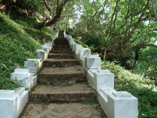 หลวงพระบาง, ลาว: Scale verso il colle di Phou Si