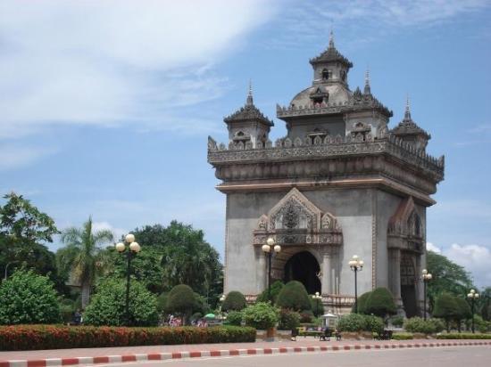 ประตูชัย: Patuxai, una copia dell'arco di Trionfo costruita dai Francesi poi dai laotiani modificata sulla