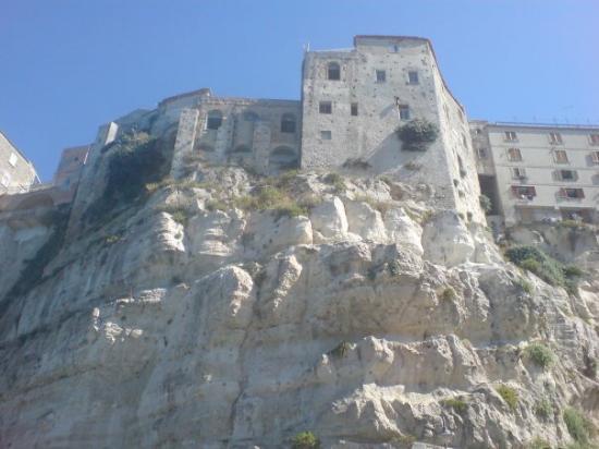 โตรเปีย, อิตาลี: Tropea - Calabria... view from the beach up to the town...