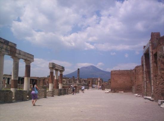 Pompeii, อิตาลี: Pompei (juin 2005) : ville détruite dominée par le Vésuve.