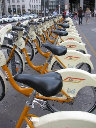 มิลาน, อิตาลี: Rent-a-bike.  Cool idea for a European city.