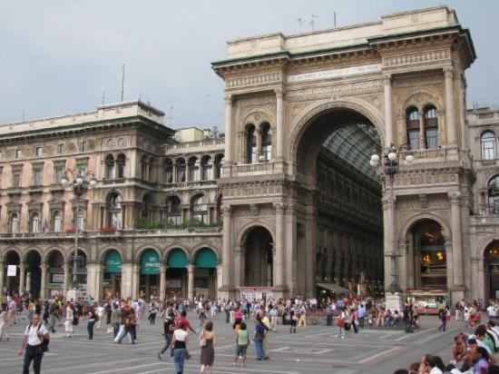 มิลาน, อิตาลี: Milan.  The entrance to the Galleria, off the Duomo Square.