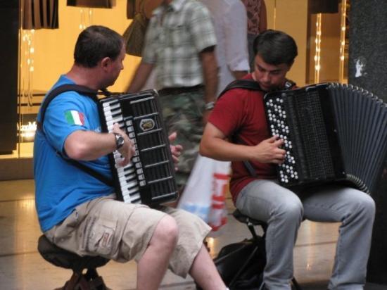 มิลาน, อิตาลี: Street musicians - Italian style