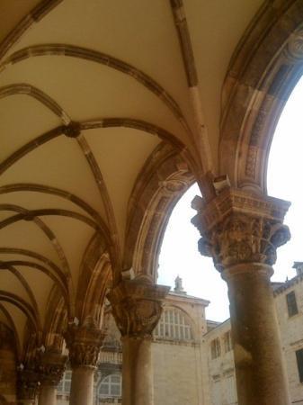 ดูบรอฟนิก, โครเอเชีย: Shade by the rectors palace.