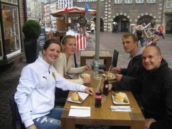 เบรเมิน, เยอรมนี: All of us having famous Bremen Bratwurst for lunch