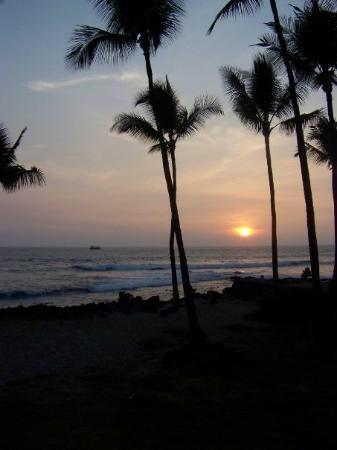 Lihue, ฮาวาย: A pretty sunset on the Kona Coast - made even prettier by the Vog - Volcano ash combined with th