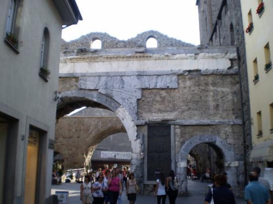 ออสตา, อิตาลี: antiche mura di aosta