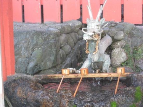 อิเสะ , ญี่ปุ่น: You're supposed to wash your hands at this dragon first before visiting the shrine.