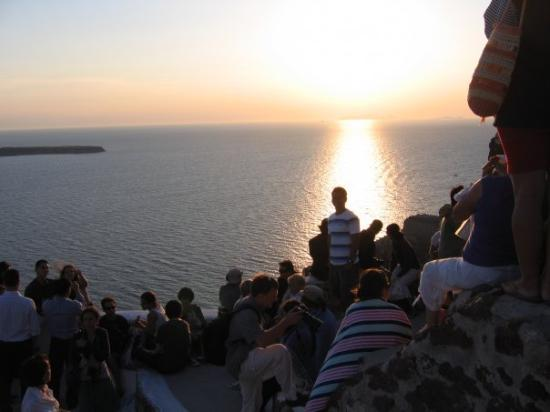 เอีย, กรีซ: Eveyone from around the world come to the see the famous sunset in the world at Oia...will be no