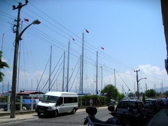 เฟทิเย, ตุรกี: @Fethiye Fethiye'deki bi limanın yanında kalıoduk.