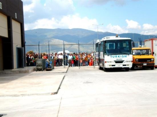 Antakya, ตุรกี: Hatay'ın Havalimanı  第一眼真的嚇到了我們三個人~ 親友們在等接機 但卻有難民營的fu..