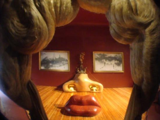 ฟิกเกอร์ส, สเปน: In addition to Dal?paintings from all decades of his career, there are Dal?sculptures, 3-dimensi